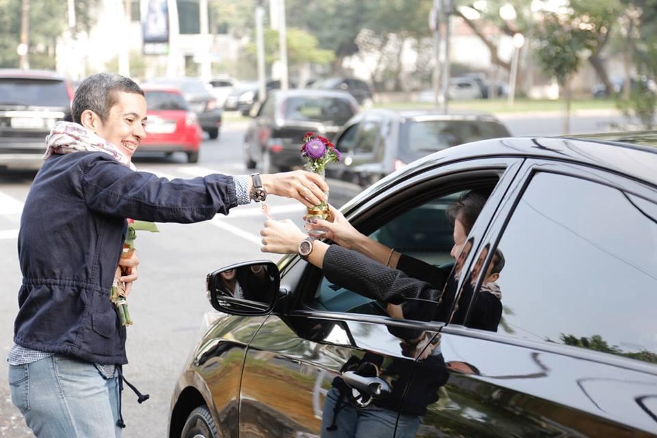 No semáforo, Kety vende parte dos arranjos que prepara para ajudar refugiados. Crédito: arquivo pessoal