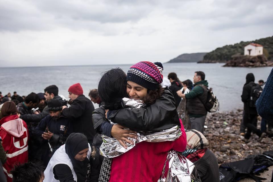 Gabriela (d), na ilha grega de Lesbos, durante o trabalho de acolhida aos refugiados. Um abraço para aquecer o corpo, a mente e o coração. Crédito: Arquivo pessoal