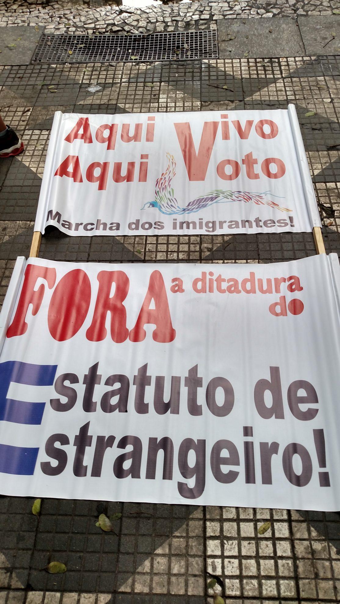 Na Marcha dos Imigrantes de 2015, cartazes pedem fim do Estatuto do Estrangeiro. Crédito: Rodrigo Borges Delfim/MigraMundo