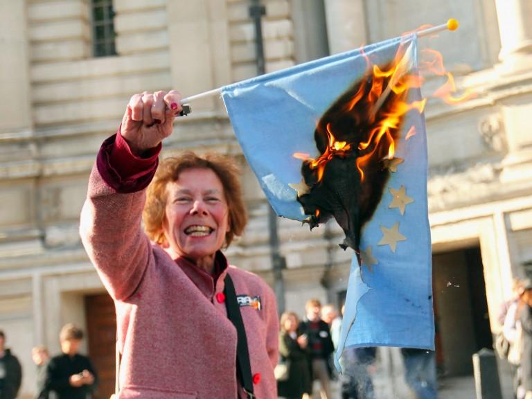 Apoiadora do Brexit queima bandeira da UE. Referendo é duro golpe no cosmopolitismo. Crédito: Oli Scarff /Getty Images