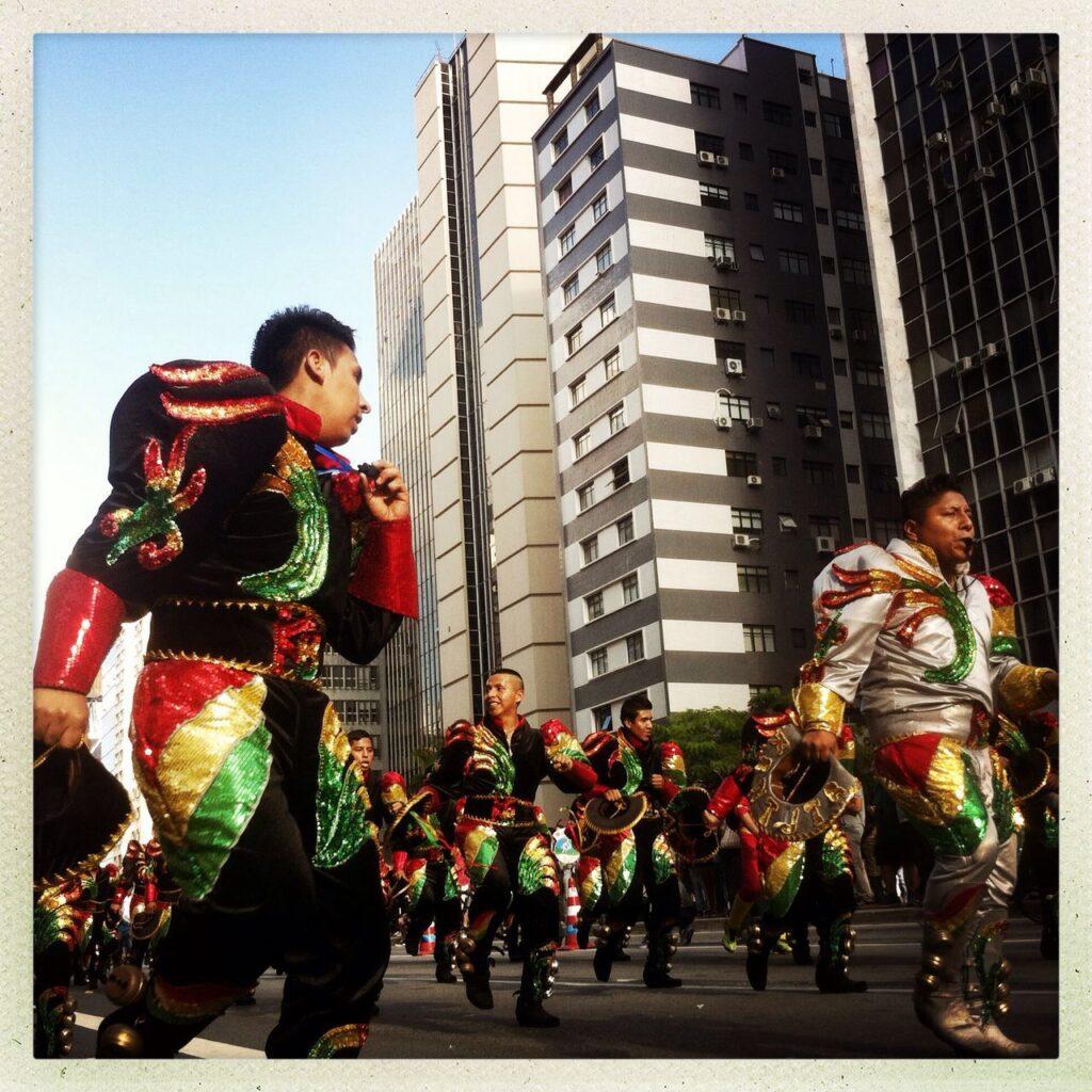Grupos folclóricos bolivianos agitaram a avenida Paulista. Crédito: Eva Bella/MigraMundo