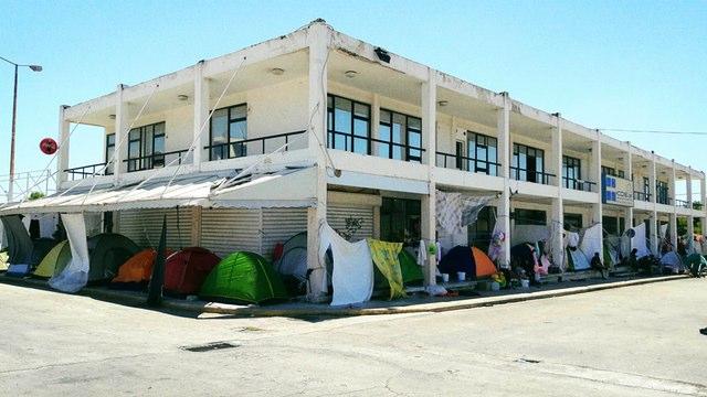 Refugiados instalados no antigo Parque Olímpico de Atenas, Grécia. Crédito: Bruna Kadletz