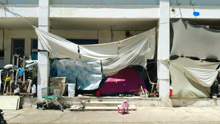 Lençóis são usados para tentar assegurar um mínimo de privacidade para os refugiados no Parque Olímpico de Atenas. Crédito: Bruna Kadletz