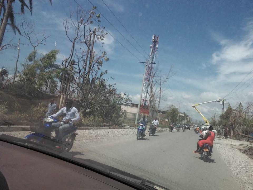 Empresa de energia do Haiti trabalha para religar ligações elétricas destruídas pelo furacão. Crédito: Wener Garbers e Rosena Olivier
