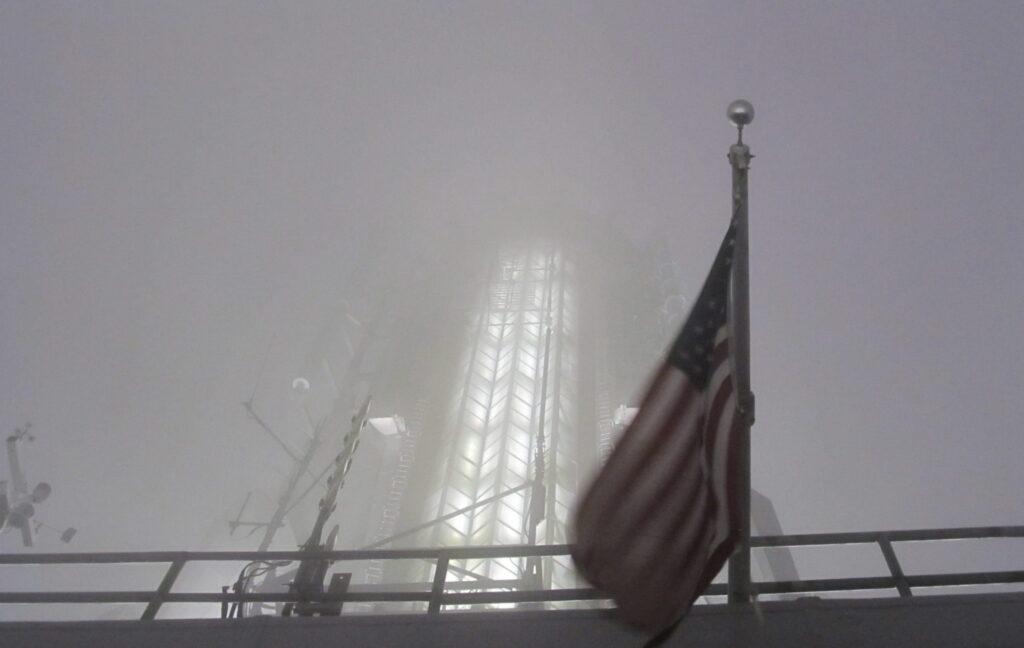 Bandeira dos EUA no Empire State Building, em noite de nevoeiro. Uma foto que traduz o cenário de incerteza que se desenha. Crédito: Rodrigo Borges Delfim - mai.2013/MigraMundo