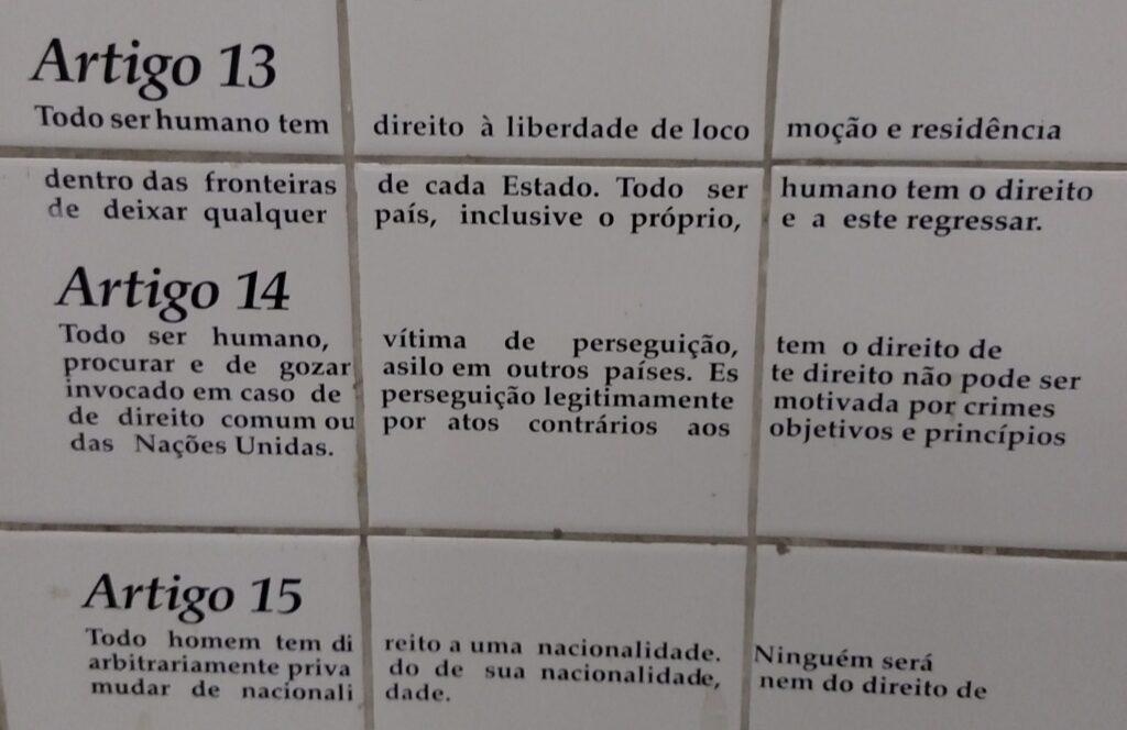 Alguns dos artigos da Declaração Universal dos Direitos Humanos na mostra fixa da estação Luz do metrô, em São Paulo. Crédito: Rodrigo Borges Delfim/MigraMundo