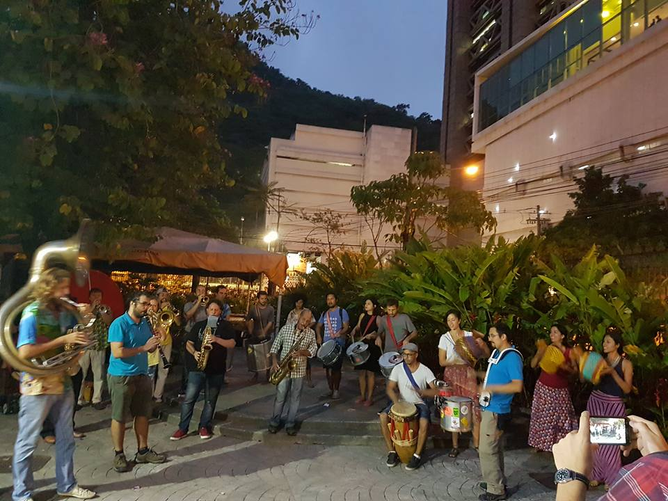 Ato cultural do Bloco Bésame Mucho e Coletivo La Clandestina, encerrando a programação  do primeiro dia do evento. Crédito: Divulgação