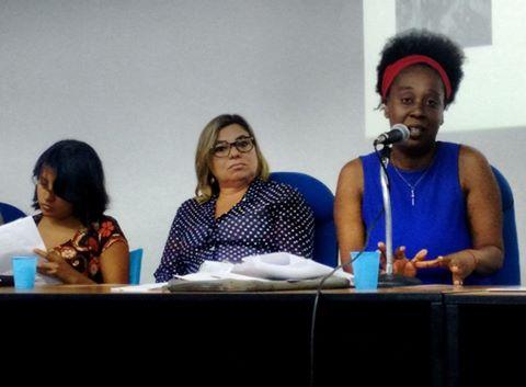 Rosane Marques (UFRJ) fala sobre sua pesquisa com mulheres negras nigerianas e congolesas em situação de refúgio na cidade do Rio, na mesa sobre gênero do último dia do IV Simpósio de Pesquisa sobre Migrações. Crédito: Divulgação