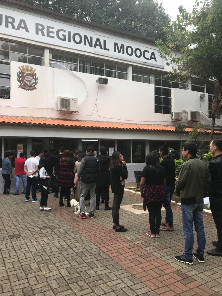 Imigrantes aguardam em fila para votação na Prefeitura Regional da Mooca, onde ficou uma das urnas da eleição para o Conselho Municipal de Imigrantes de 2018