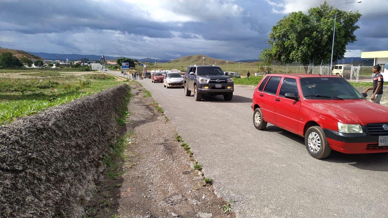 Carros na fronteira entre Brasil e Venezuela