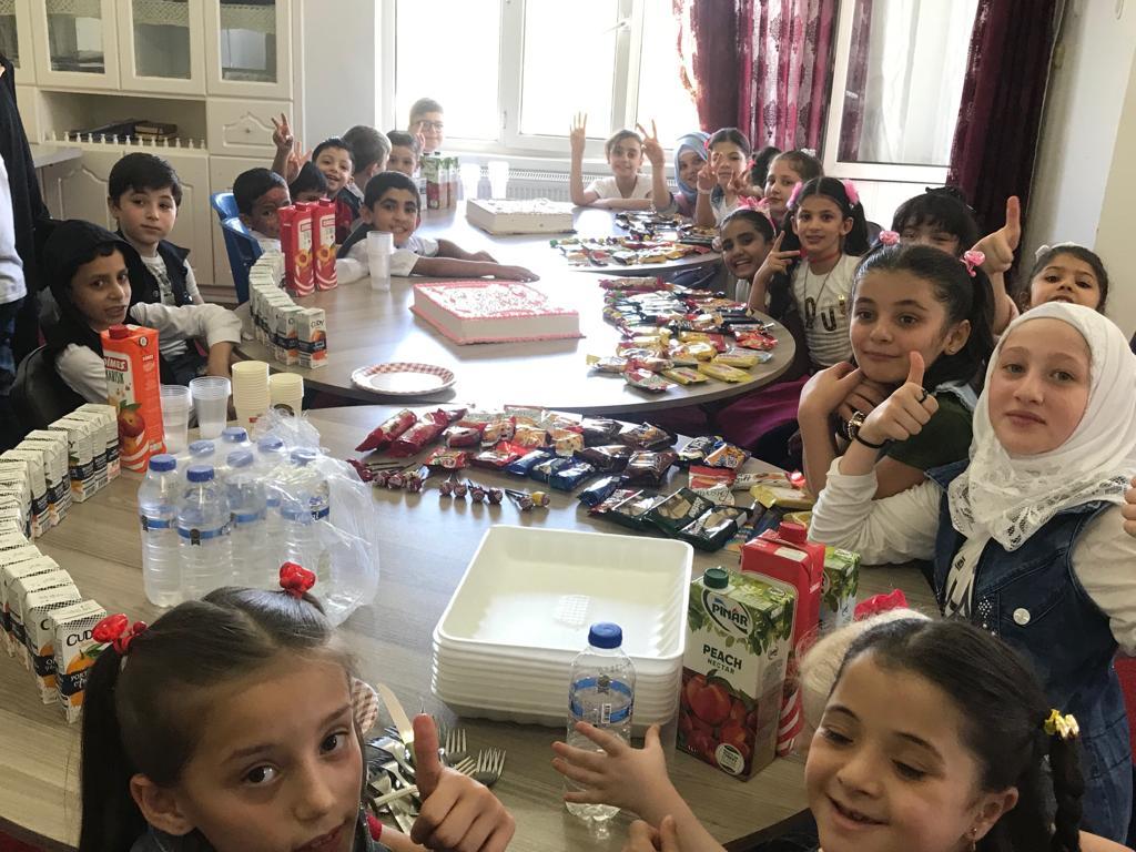 Crianças órfãs sírias atendidas por orfanato criado por refugiados na Turquia