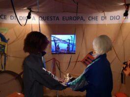 Presépio na Itália é montado com coletes usados por imigrantes durante a travessia pelo mar Mediterrâneo