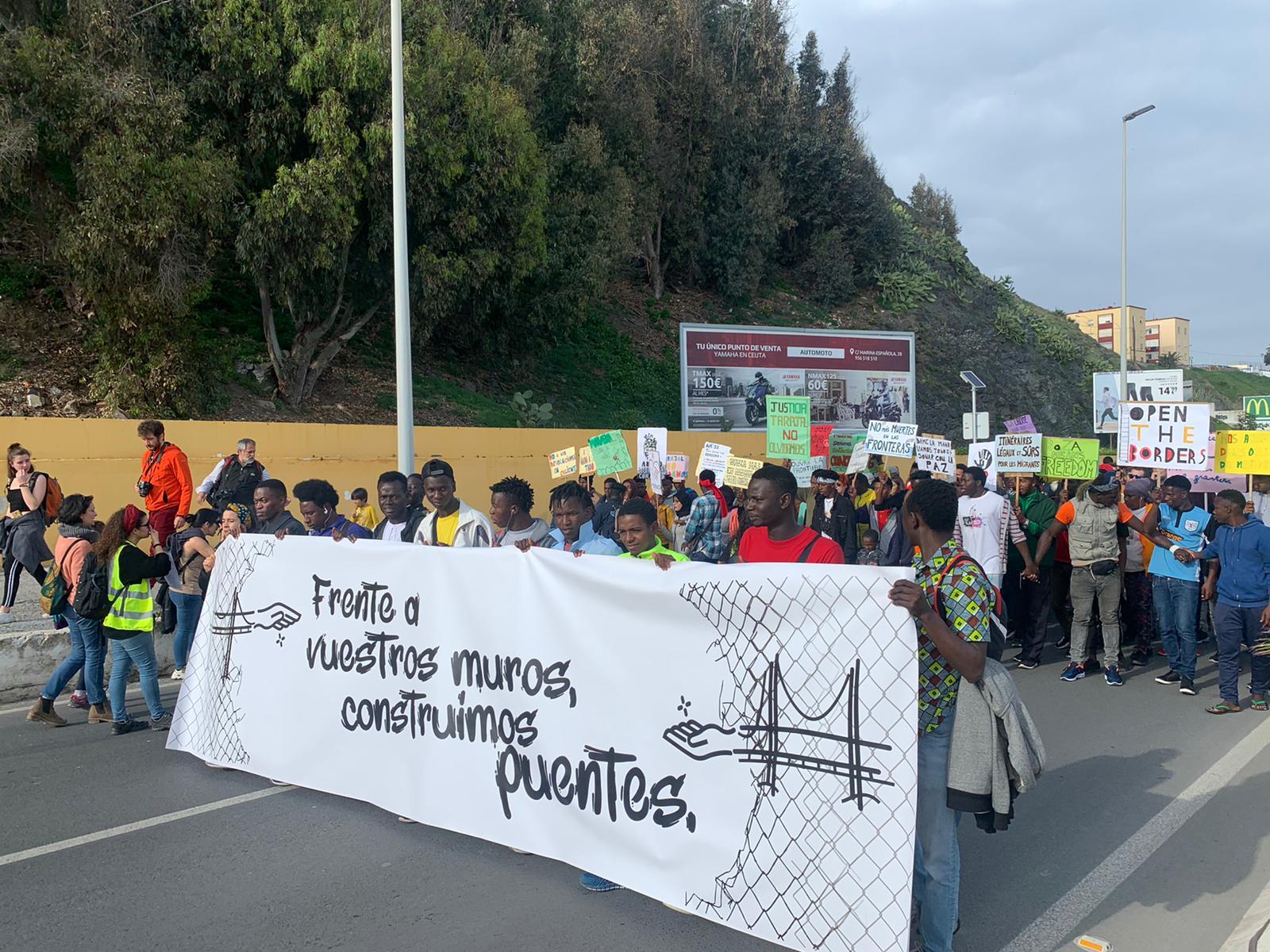 Protesto em Ceuta homenageia imigrantes mortos em praia e critica política europeia