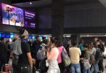 Fila de brasileiros em Joanesburgo (África do Sul) que tentam voltar ao Brasil