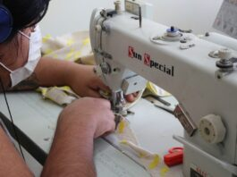 Imigrante em oficina de costura parceira da ONG Alinha