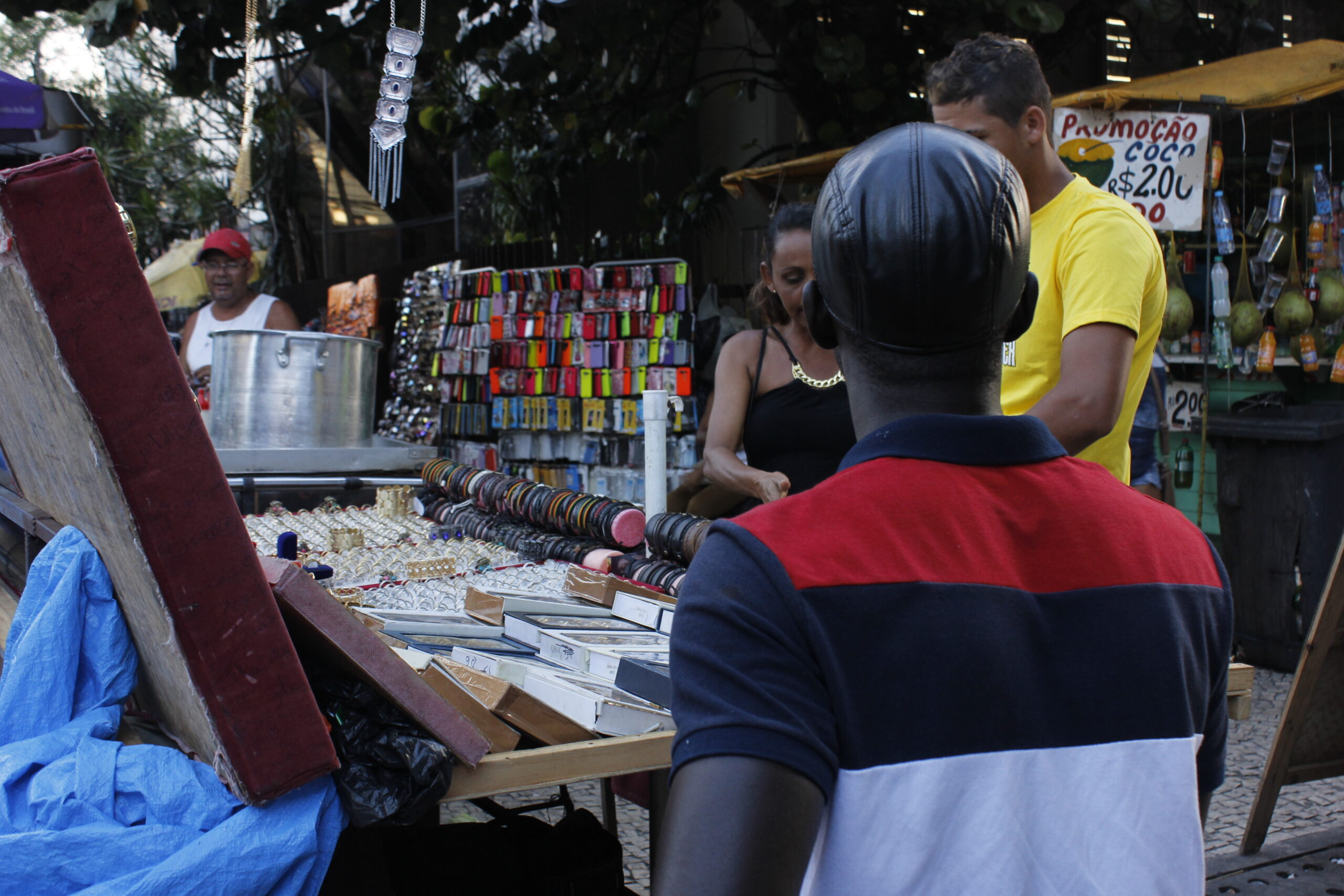 No Recife, imigrantes senegaleses recebem doações de cestas básicas