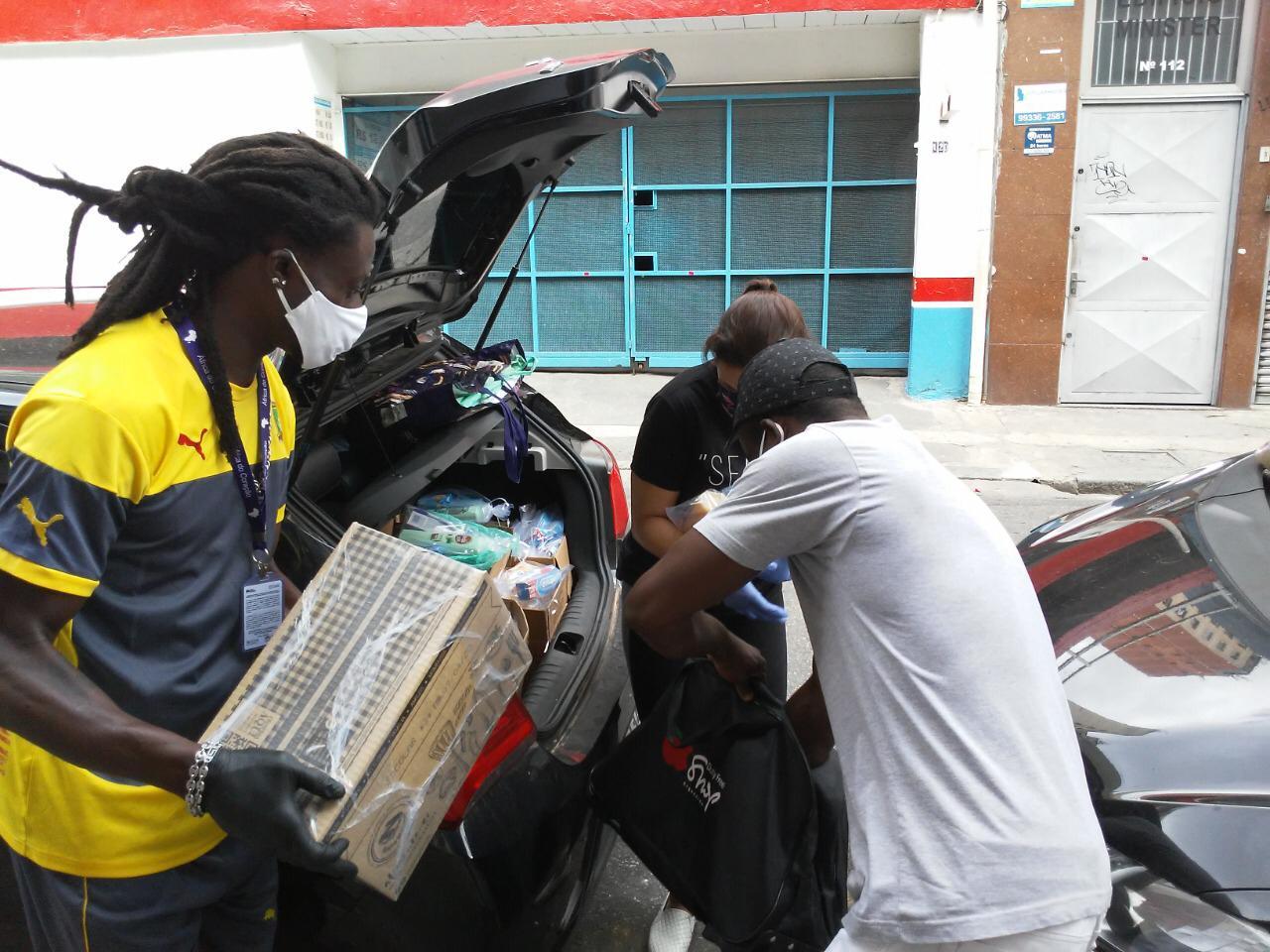 Entrega de doações de cestas básicas e kits de higiene em São Paulo pela África do Coração, ONG formada por imigrantes e refugiados