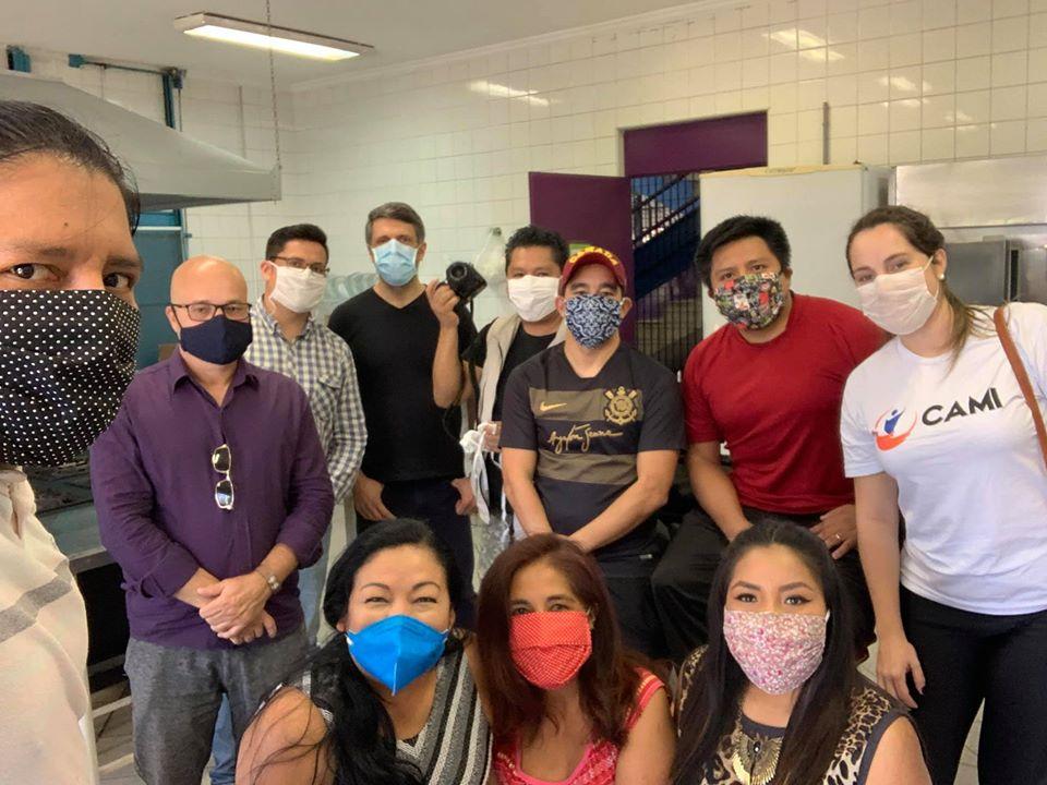 Voluntários que integram a campanha Bolívia Solidária, que visa atenuar os efeitos causados pelo isolamento social em razão do Covid-19.