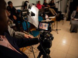 Bastidor de uma das oficinas do projeto Feitos de Coragem, no qual imigrantes na América Latina contaram suas próprias narrativas