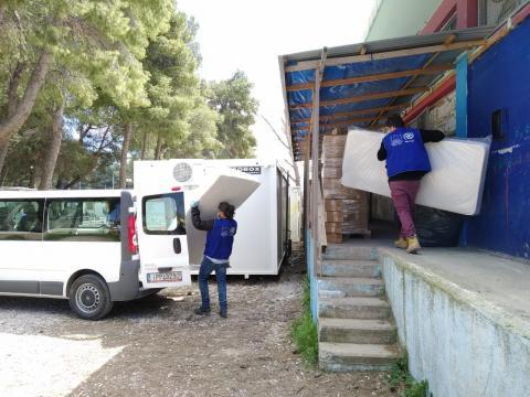 Funcionários da OIM se preparam para distribuir cestas de alimentos e itens essenciais de assistência a todos os refugiados e migrantes no campo de Ritsona. Grécia