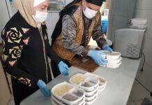 O casal Talal e Ghazal, que já distribuiu centenas de marmitas a pessoas em situação de vulnerabilidade
