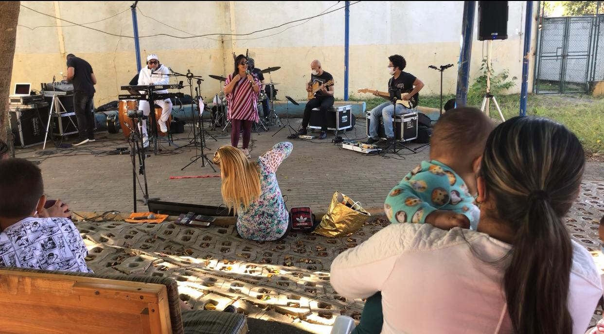 Banda E-Class se apresenta em abrigo para refugiados na zona leste de São Paulo, de acordo com recomendações para evitar contágio pelo coronavírus
