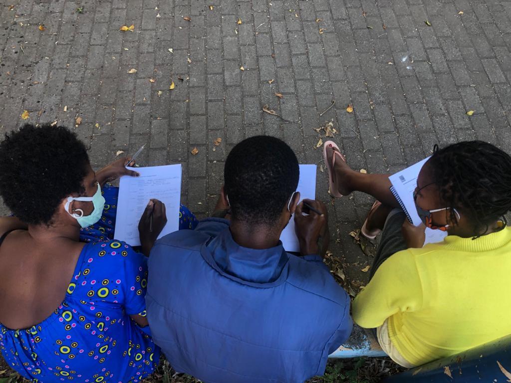 Imigrantes durante workshop sobre mercado de trabalho em abrigo provisório na zona leste de São Paulo