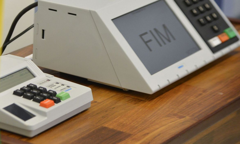 Exemplo de urna eletrônica usada nas eleições no Brasil. Participação ainda é restrita a brasileiros natos, naturalizados ou a portugueses com igualdade de direito