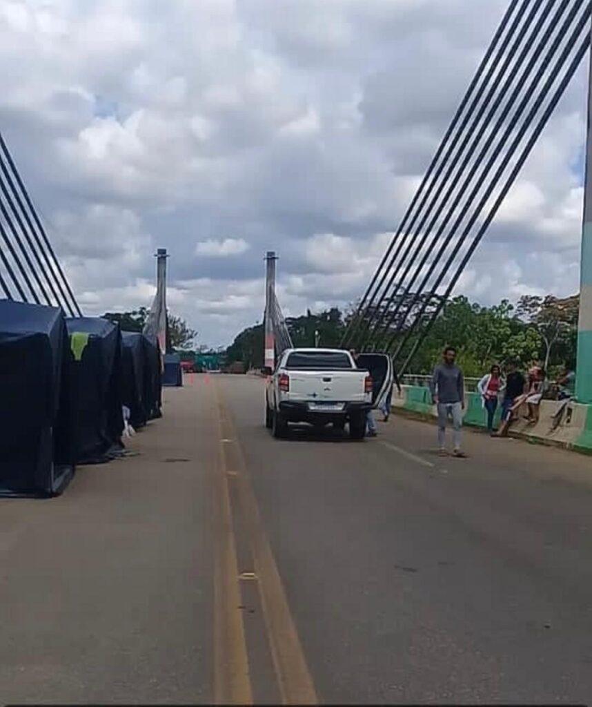 Antes de chegar ao Brasil, Abril chegou a ficar acampada em barracas sobre a ponte que liga o Peru ao estado do Acre