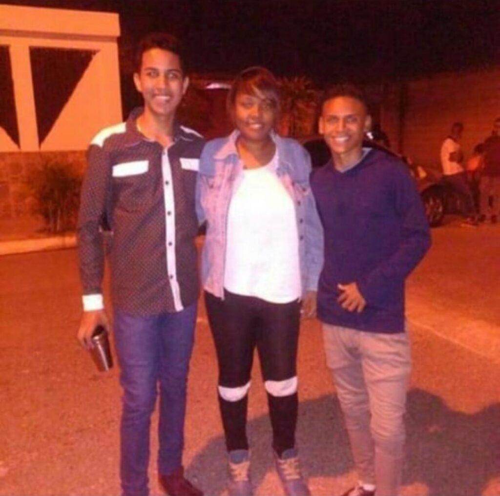 Abril Curvelo com amigos na Venezuela, antes de sua longa caminhada
