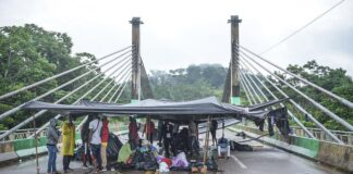 Imigrantes acampados na Ponte de Integração, em Assis Brasil