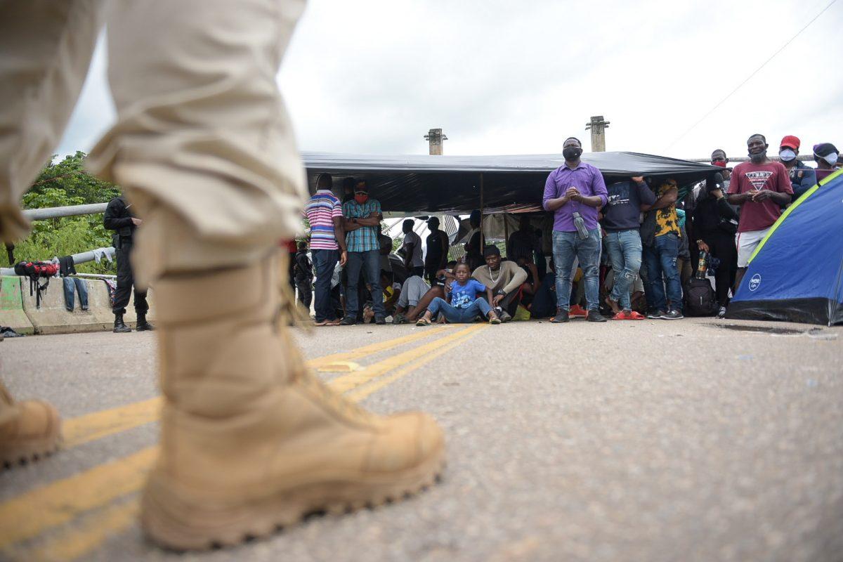 Forças policiais peruanas na ponte que liga o país ao Brasil, impedindo o ingresso de imigrantes no Peru