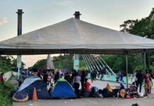 Imigrantes acampados na ponte que liga Assis Brasil (AC) a Iñapari, no lado peruano da fronteira