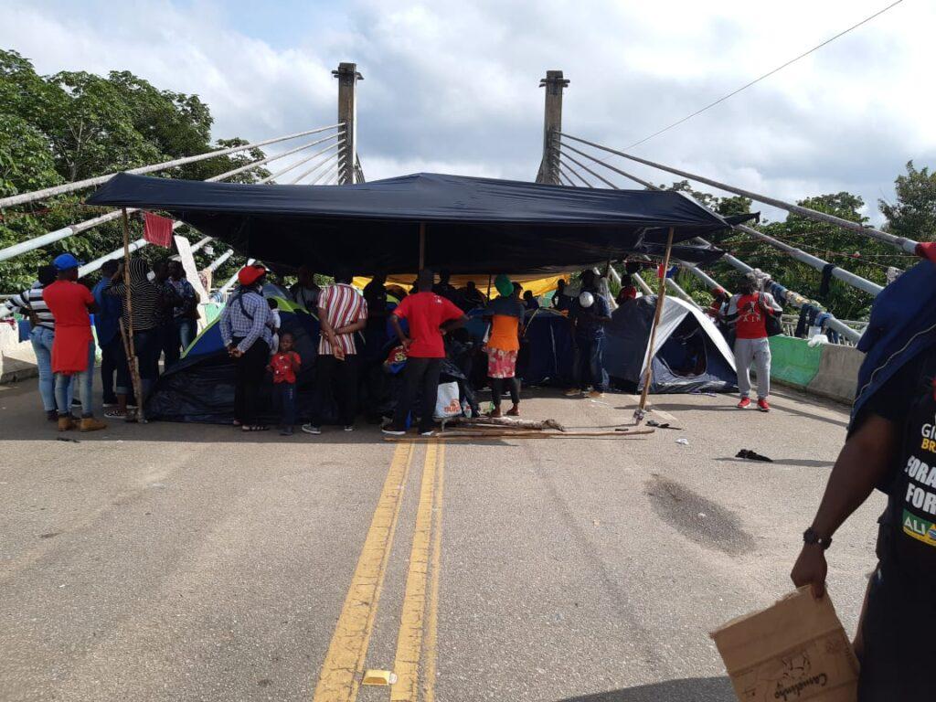Imigrantes acampados na Ponte de Integração, em Assis Brasil (AC)
