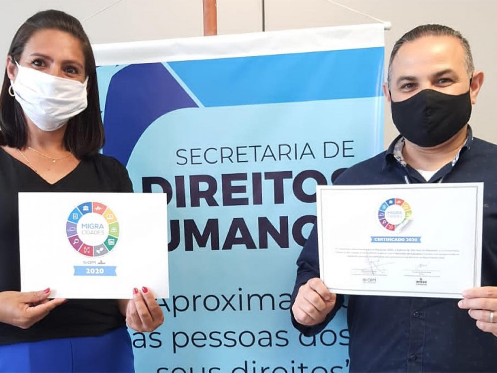 Representantes da Prefeitura de Guarulhos no recebimento do Selo MigraCidades pelo município paulista.