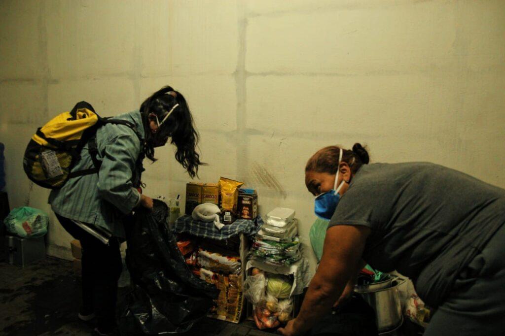 Imigrantes organizam o interior do prédio na Liberdade, em São Paulo, que se transformou na Ocupação dos Imigrantes.