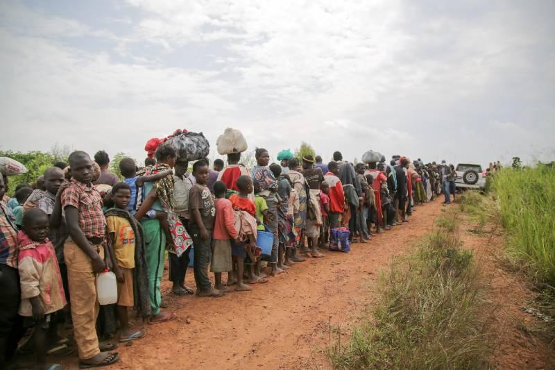 Requerentes de asilo congoleses aguardam exames de saúde em Zombo, perto da fronteira entre Uganda e a República Democrática do Congo, em julho de 2020