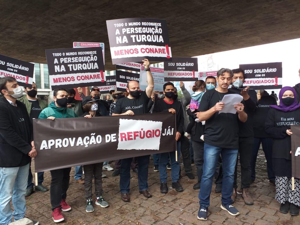 Comunidade turca durante protesto em São Paulo por celeridade na avaliação de pedidos de refúgio