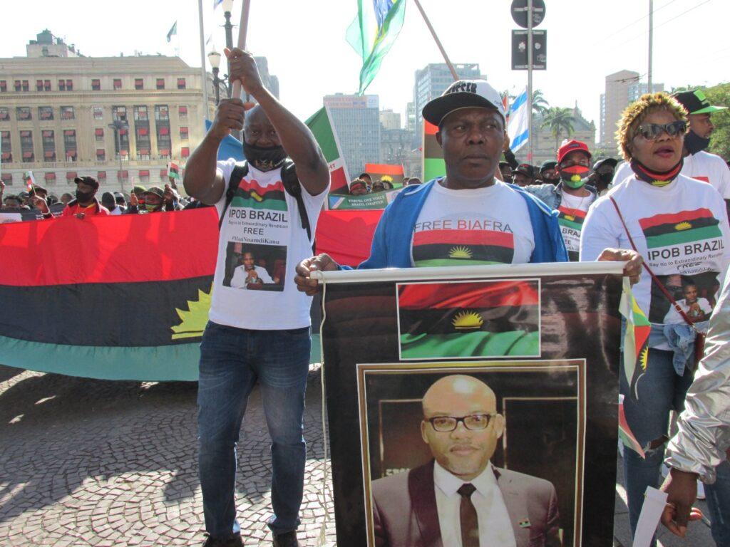 Ativista com a foto de Mazi NnandiKanu, que é vítima de perseguição na Nigéri