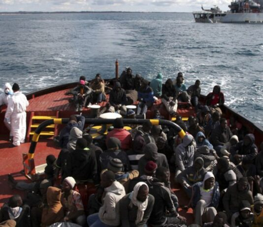 migrantes resgatado durante travessia no mar mediterrâneo