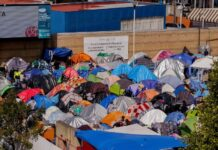Acampamento de imigrantes ao lado do posto fronteiriço de El Chaparral, na cidade de Tijuana (México), na área de passagem para os Estados Unidos