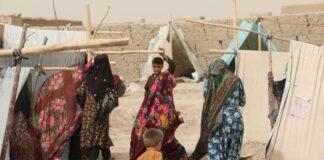 Mulheres e crianças em um campo de deslocados internos em Mazar-e Sharif, norte do Afeganistão