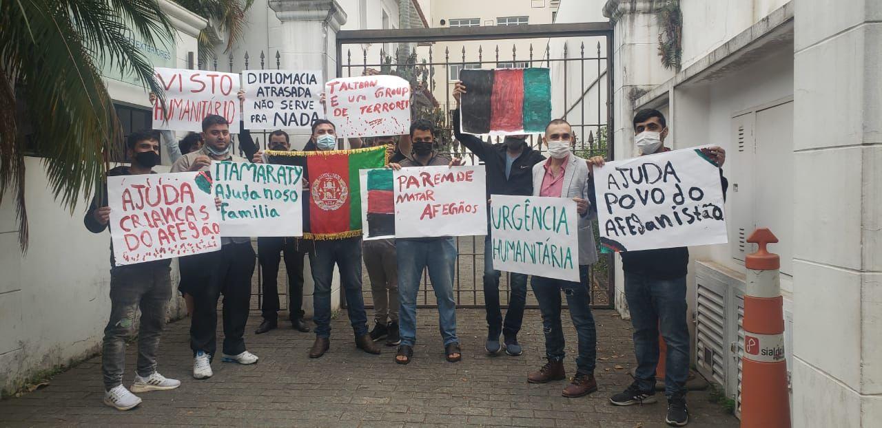 Afegãos que vivem em São Paulo durante protesto em frente ao escritório do Itamaraty na capital paulista