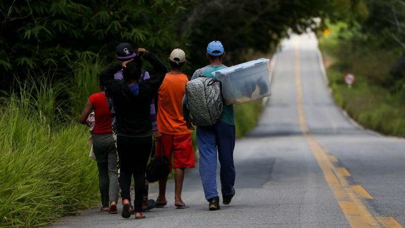 Grupo de migrantes venezuelanos percorre a pé o trecho de 215 km entre as cidades de Pacaraima e Boa Vista