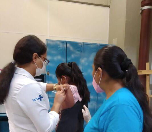 Vacinação de imigrantes durante mutirão de serviços em Lajeado, região leste de São Paulo, em setembro de 2021.