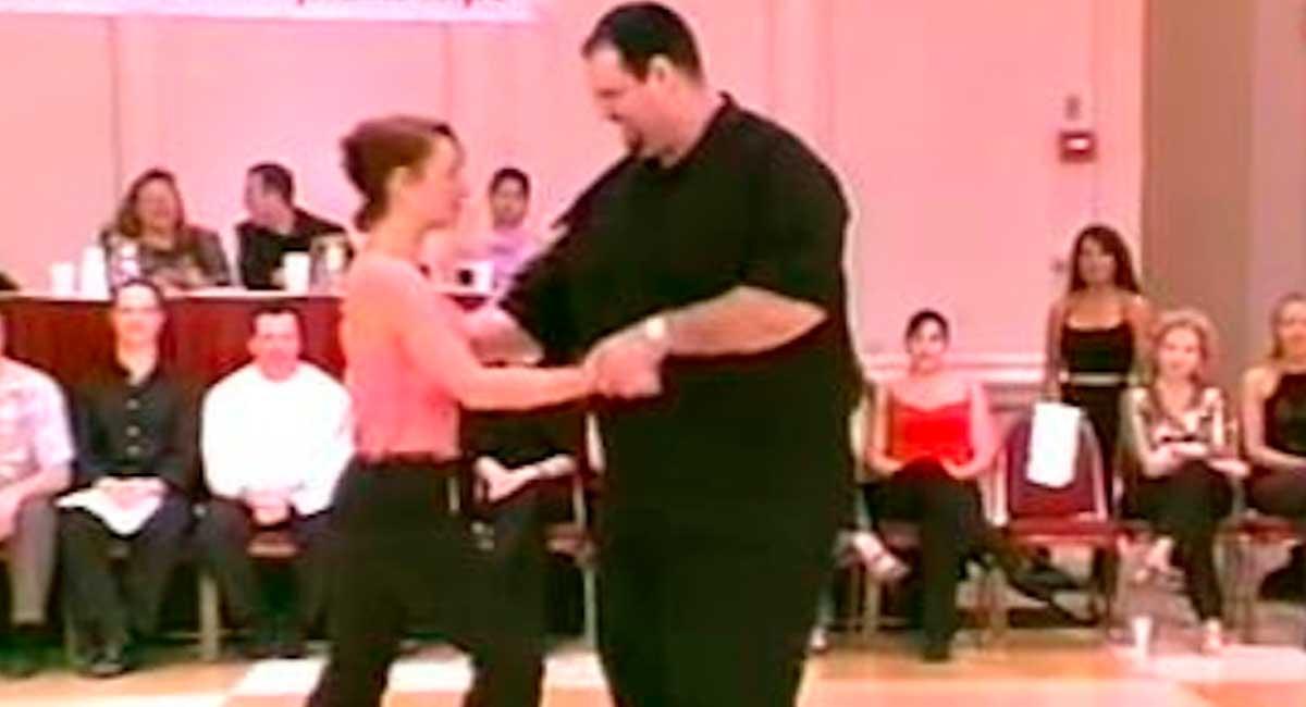 El-bailarín-parece-algo-excedido-de-peso,-pero-su-fantástica-forma-de-bailar-ha-ganado-la-Internet4