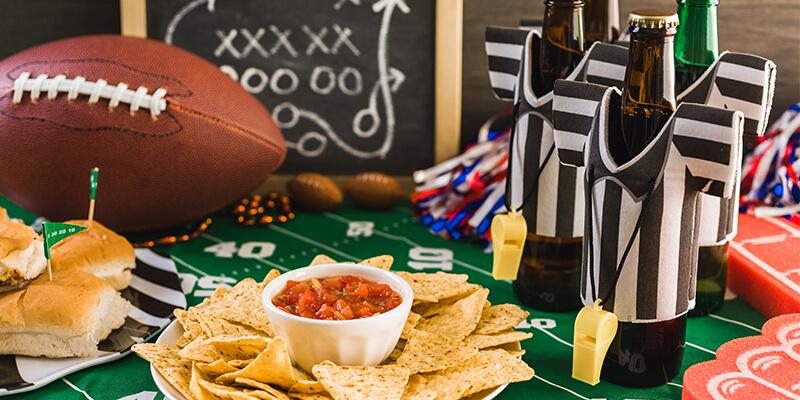 mesa con comida y bebida
