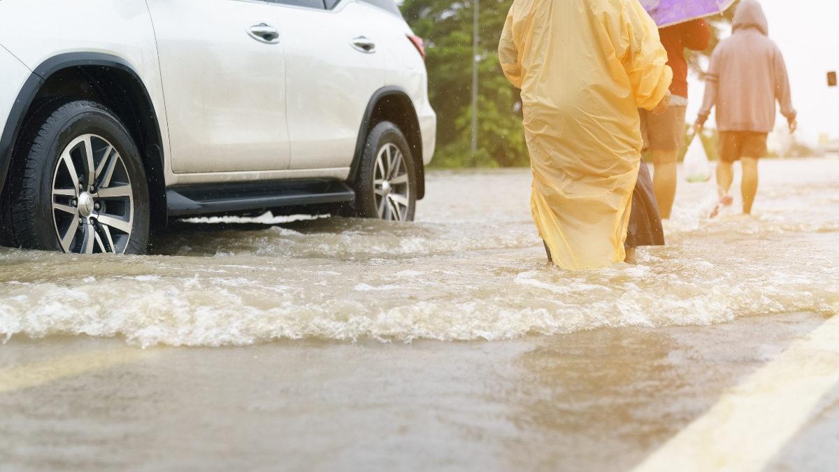 carros inundados en la calle