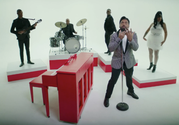 """ROC NATION SIGNEE DIXSON TAKES VIEWERS ON A THROWBACK BAND STAND PERFORMANCE IN NEW VIDEO """"DARLING"""""""