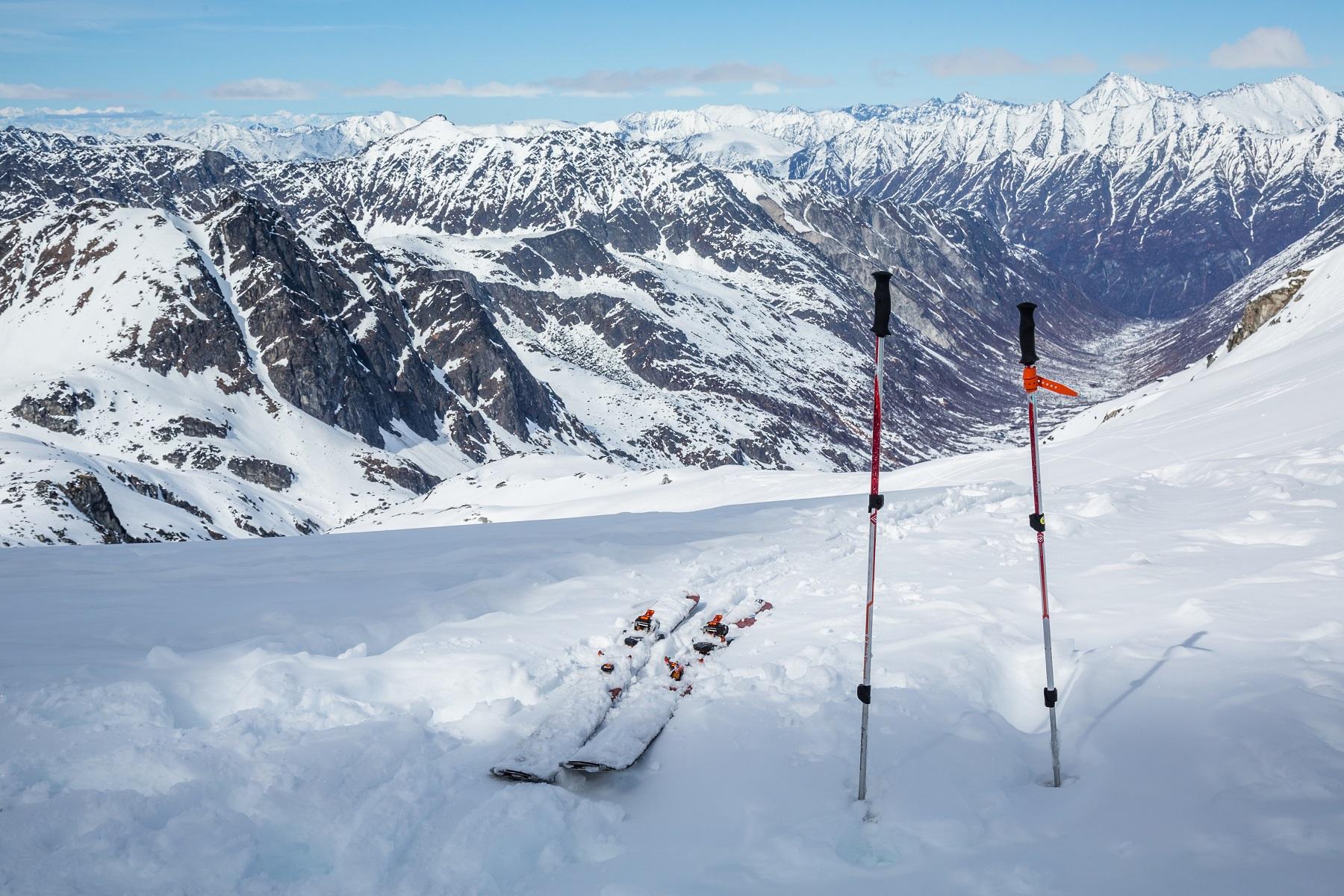 skis snowy mountains